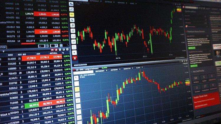 Ibovespa sobe 2,33%, e fecha dia a 120 mil pontos; dólar cai 2,23%